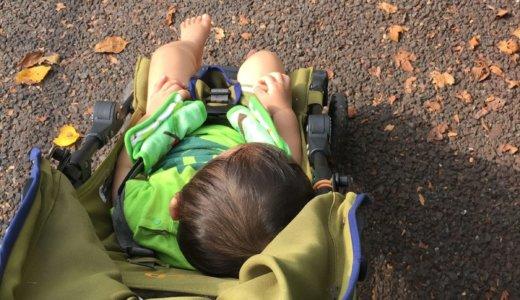 セカンドベビーカーのJEEPで眠る次男